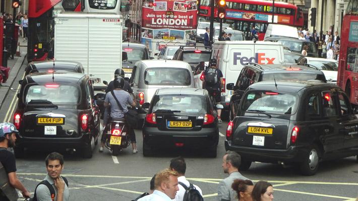 Reino Unido prohibirá la venta de autos nuevos con motor a combustión a partir de 2035