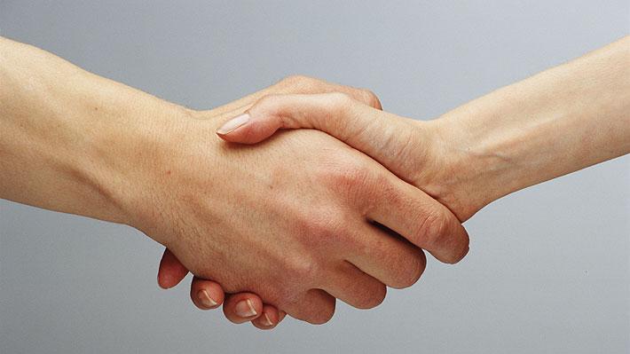 Recomiendan a ejecutivos no darse la mano en reuniones masivas para evitar el contagio de coronavirus