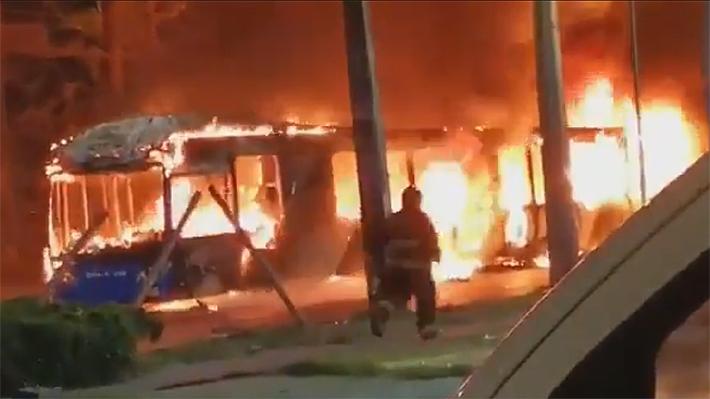Desconocidos atacan e incendian tres buses del Transantiago en Recoleta