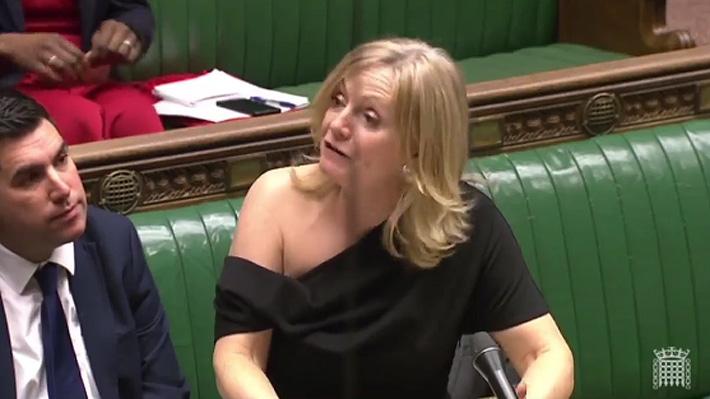 """Parlamentaria británica se defiende ante críticas por llevar un vestido de un solo hombro: """"Otro ejemplo de sexismo"""""""