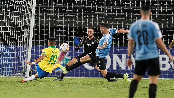 Video: Mira el increíble error del arquero uruguayo que terminó dándole un insólito gol a Brasil