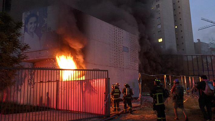 Bomberos controló incendio que afectó al Museo Violeta Parra: Auditorio quedó casi completamente destruido