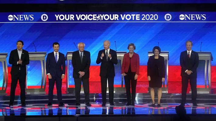 Sanders y Buttigieg no se doblaron ante las críticas: Así fue el octavo debate del Partido Demócrata en EE.UU.