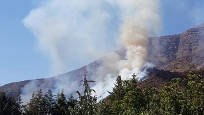 Bomberos y Conaf controlan incendio forestal que afectó a sector del Melocotón en San José de Maipo
