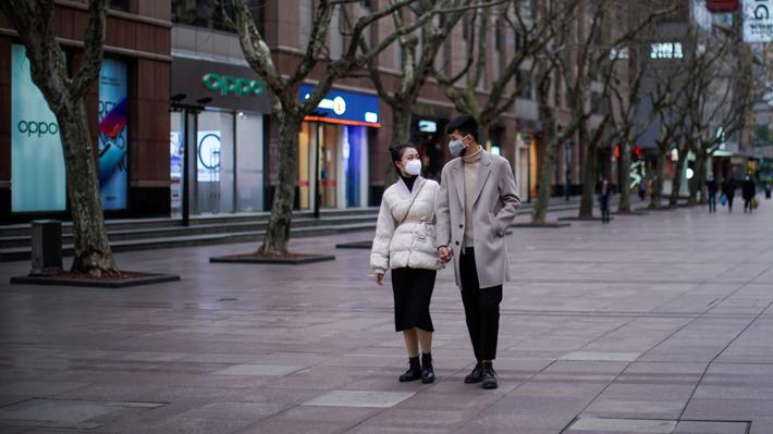 """China asegura que situación por coronavirus está """"bajando"""" y que epidemia se encuentra """"bajo control"""""""