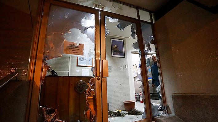 Destruyen ventanas e ingreso a la Municipalidad de Viña en medio de manifestación en rechazo al Festival