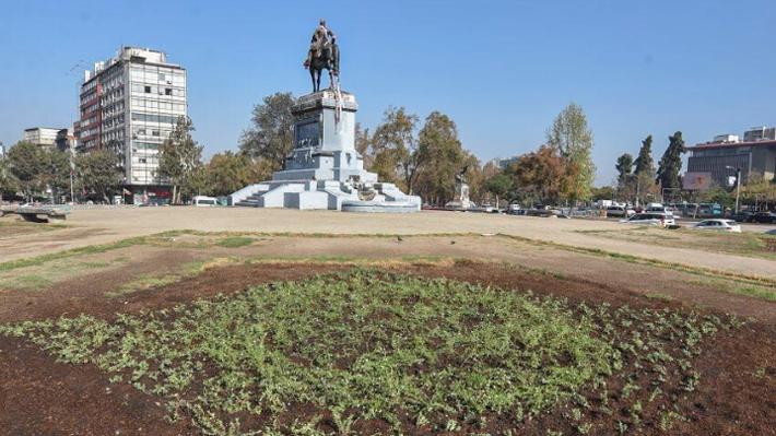 """Providencia repone plantas en la Plaza Baquedano: """"Los vecinos nos han pedido que recuperemos los espacios vandalizados"""""""