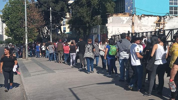 Fanáticos de Ana Gabriel llegan desde muy temprano a la Quinta Vergara y hacen largas filas para lograr una buena ubicación