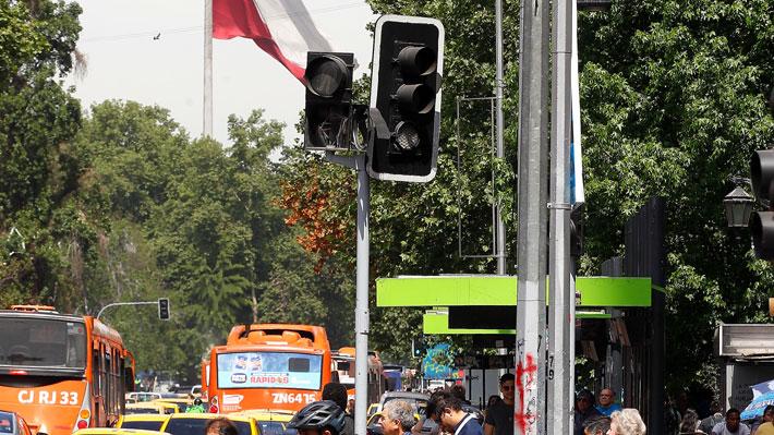 """Carabineros detalla plan de tránsito para el """"súper lunes"""" en Santiago: Se enfocará en 122 semáforos apagados"""