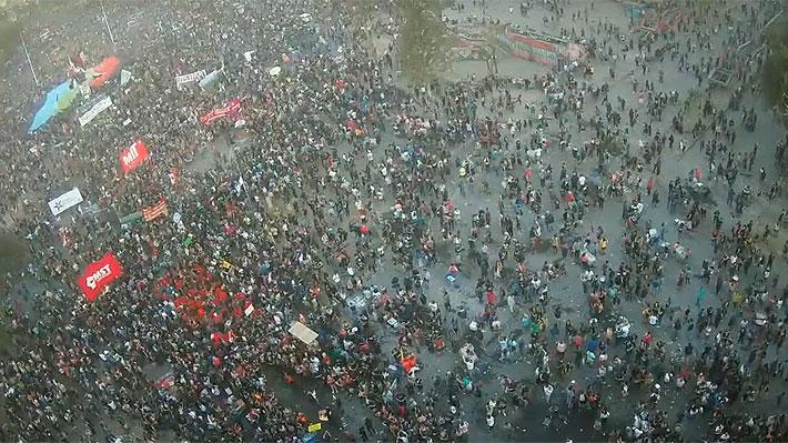 Miles de personas se congregan en Plaza Italia el primer viernes de marzo en masiva manifestación