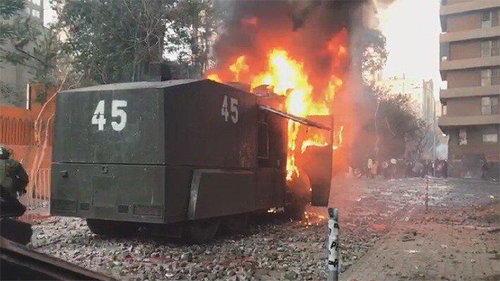 Video: Carro lanza agua de Carabineros resulta completamente quemado tras ataque con bomba molotov