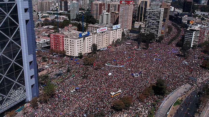 """Autoridades valoran que marcha del 8M en Santiago fue """"pacífica y familiar"""""""