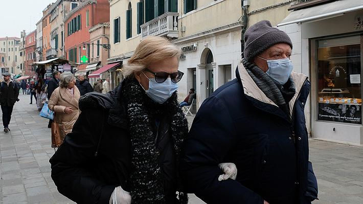"""Cocaína, cloro, vodka y ajo: Autoridades y expertos advierten sobre falsos remedios para """"protegerse"""" del coronavirus"""