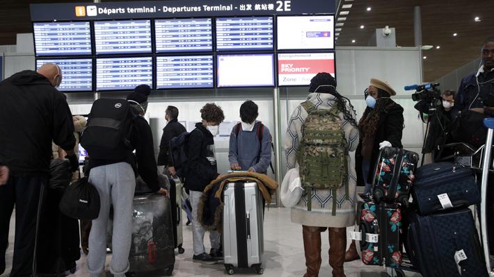 Estadounidenses llenan aeropuertos europeos para volver a su país luego del inesperado anuncio de Trump