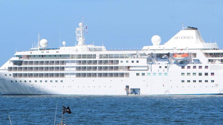 Pasajeros de crucero en cuarentena son evacuados a través de un corredor sanitario desde Puerto Montt