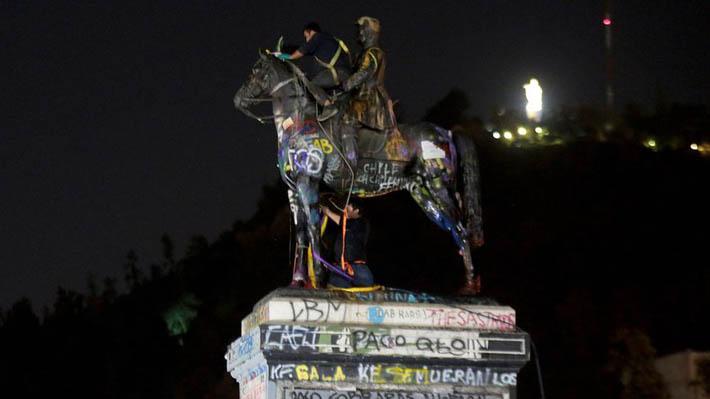Trabajos de  limpieza y recuperación de estatua del general Baquedano comenzaron esta madrugada