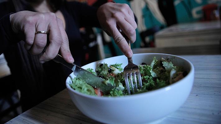 Reducir comidas, dosificar el alcohol y preferir los integrales: Consejos para no aumentar la talla durante la cuarentena