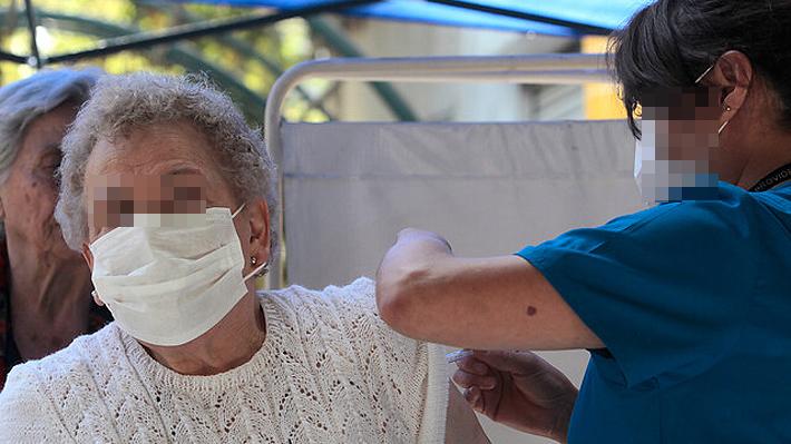 Funcionaria que vacunó público en Chillán dio positivo por Covid-19: Seremi llama a quienes se atendieron a realizar cuarentena
