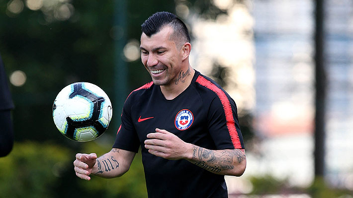 Medel responde preguntas: Habla de Marcelo Díaz, menciona a Bravo y Valdivia y dice quién es el mejor futbolista chileno de la historia