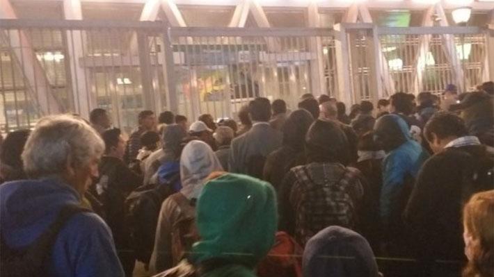 """Hutt dice que empleadores solo """"reaccionaron hoy"""" y CPC atribuye aglomeraciones a cambio de horario del transporte"""