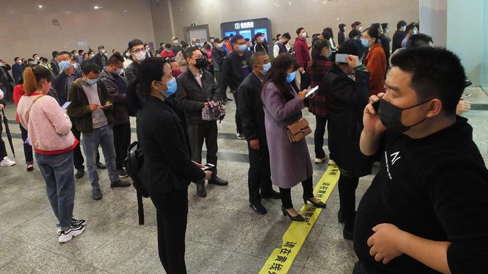 Habitantes de Hubei vuelven a las calles tras el fin de dos meses de cuarentena por el coronavirus