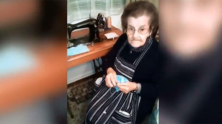 """Mujer de 96 años cose batas y mascarillas en España: En la Guerra Civil """"mataban a gente y ahora mata un virus"""""""