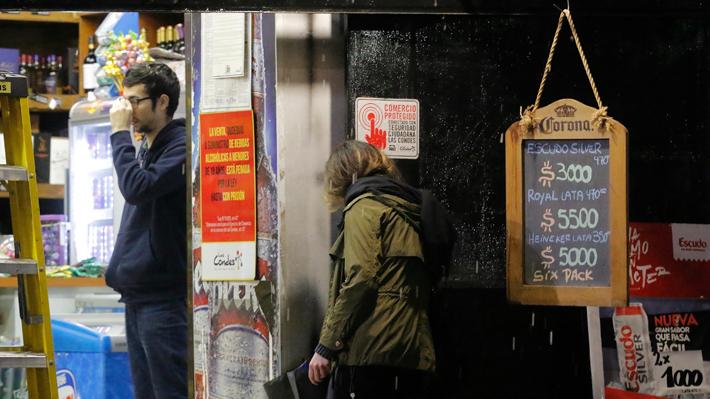 Colas en botillerías: Expertos llaman a limitar consumo de alcohol durante la cuarentena
