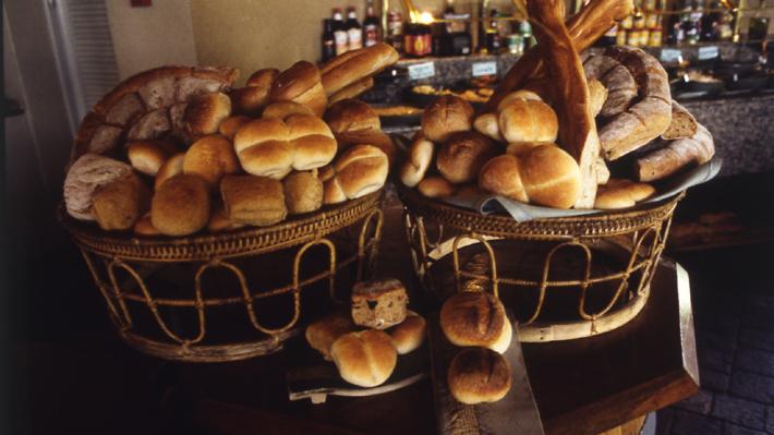 """Ministro Walker contradice a gremio y llama a consumidores a la calma: """"El pan no debería subir más de 3%"""""""