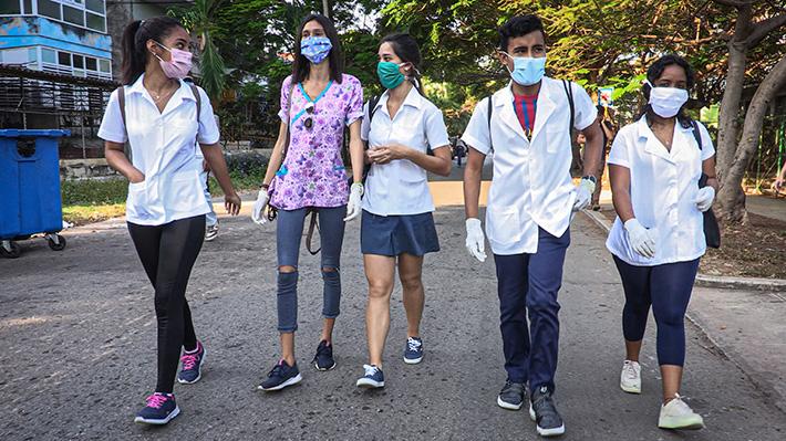 Galería: Estudiantes de medicina cazan el covid-19 en Cuba, de puerta en puerta