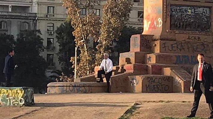 """""""Afán de protagonismo"""" y """"no es el ideal"""": Reacciones al paso del Presidente Piñera por Plaza Italia"""