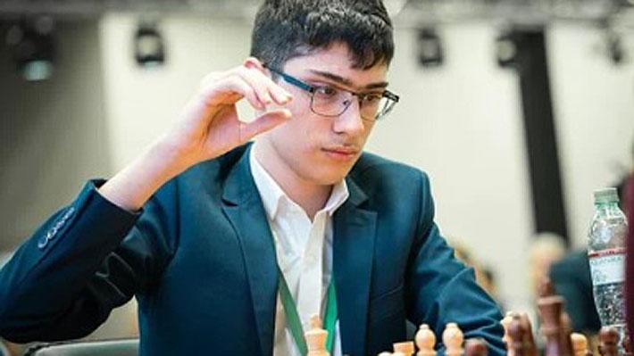 """Quién es Alireza Firouzja, el nuevo """"genio"""" del ajedrez que con solo 16 años venció al campeón del mundo"""