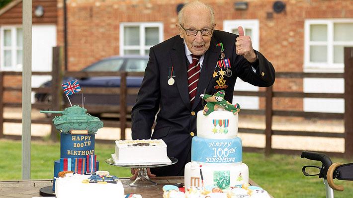 """Toda Inglaterra celebra los 100 años de Tom Moore, el """"héroe"""" que recaudó millones para el personal de salud de su país"""