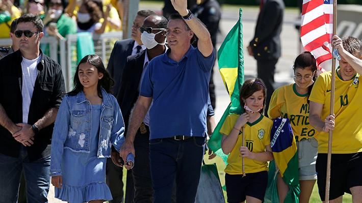 Bolsonaro vuelve a participar en multitudinario evento contra el confinamiento