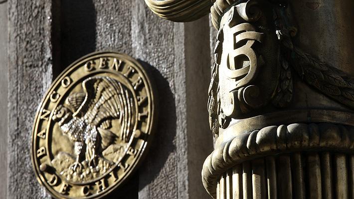 """Banco Central mantiene tasa de interés en mínimo de 0,5% y afirma que evaluará nuevas medidas si """"la economía lo requiere"""""""