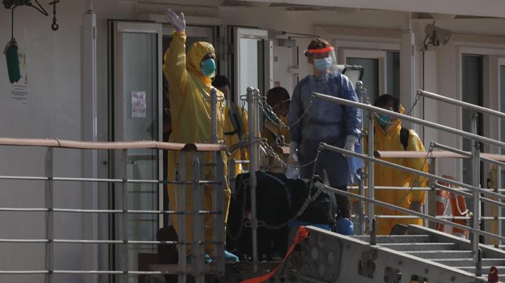 Evacuan a los 86 tripulantes de crucero australiano varado en Uruguay después de un mes y medio