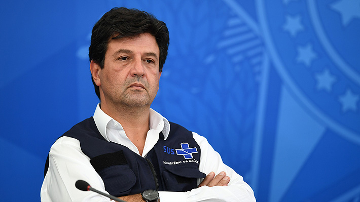 """Ex ministro de Salud de Brasil asegura que alertó a Bolsonaro de que el número de muertes por covid-19 """"sorprendería"""""""