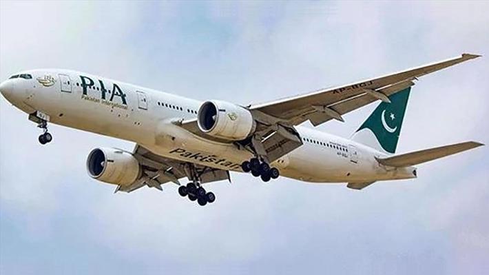 Avión con 107 personas a bordo se estrella en un barrio residencial en Pakistán