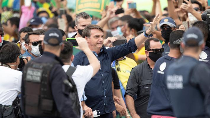 Bolsonaro vuelve a ignorar recomendaciones por covid-19 y se mezcla en multitudinaria manifestación sin usar mascarilla