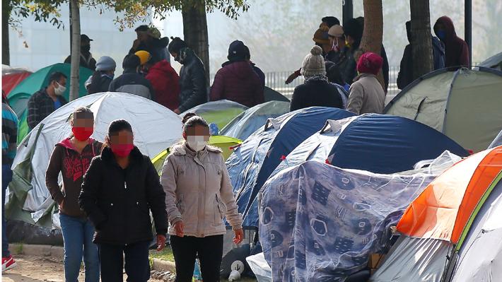 Nuevo grupo de ciudadanos bolivianos acampa en la calle en Providencia a la espera de respuestas del consulado