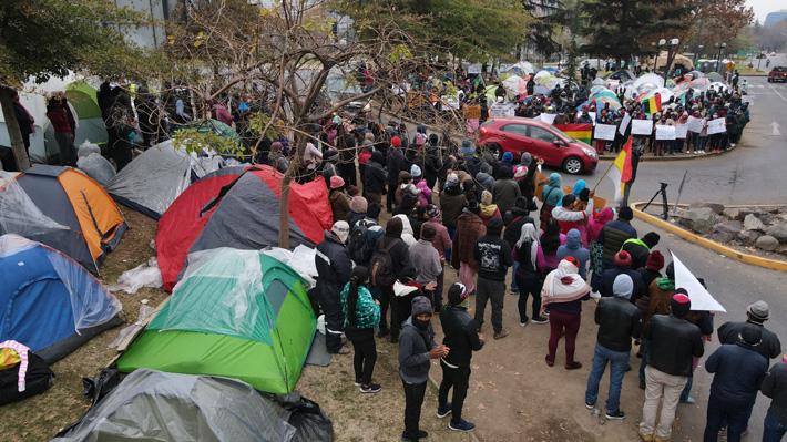 Las Condes y Recoleta albergarán a inmigrantes que acampan fuera del consulado boliviano