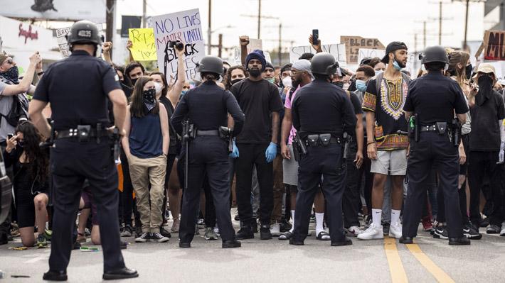 Detenidos en Los Ángeles por protestar por muerte de George Floyd durante toque de queda no enfrentarán cargos