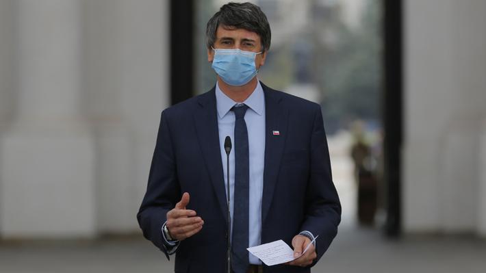 Más de cien académicos de medicina y científicos piden salida de Couve por avalar políticas de Mañalich