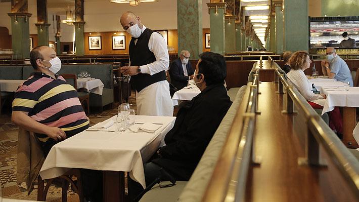 Restaurantes de París vuelven a abrir sus espacios interiores y ahora esperan el regreso de sus clientes