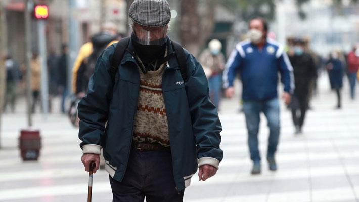 """Minsal inicia """"desconfinamiento gradual"""" en Aysén y Los Ríos: Adultos mayores podrán salir una vez al día"""