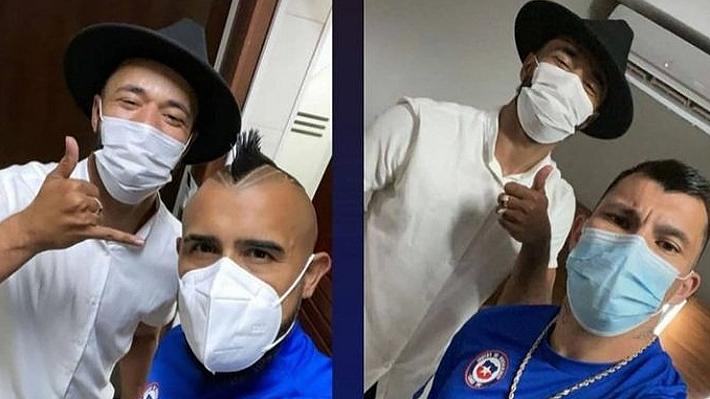 """Las imágenes que muestran al peluquero brasileño en la concentración de la """" Roja"""" y que le costaron un sumario sanitario a la selección   Emol.com"""