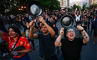 """Así lo está viendo el mundo: """"Chile paralizado ante las peores protestas desde el retorno a la democracia"""""""