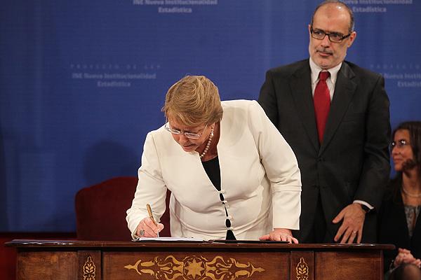 Bachelet firma proyecto que reemplazará al INE por el Sistema Estadístico Nacional