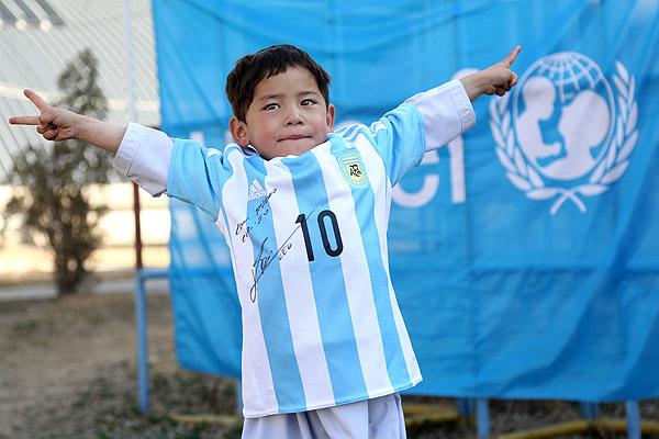 Messi cumplió sueño de niño afgano que fabricó camiseta del argentino con bolsa plástica