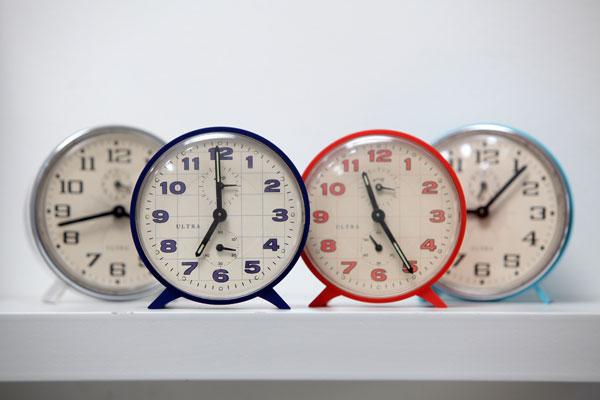 Más de cien años de modificaciones: La historia de los cambios de hora en Chile