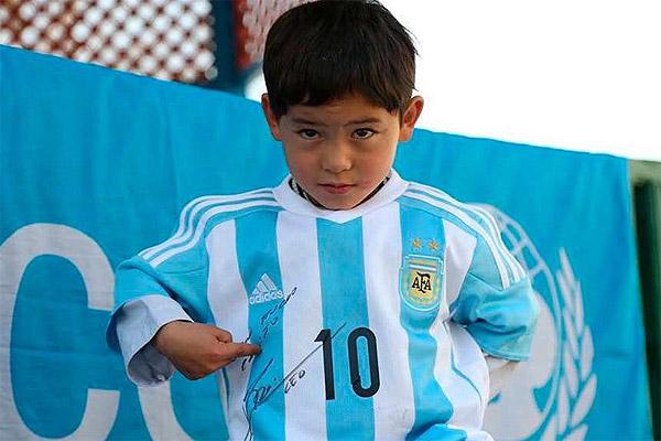Niño afgano admirador de Messi huyó a Pakistán por amenazas hacia su familia